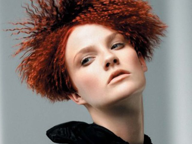 Piastre frise: tendenze 2017 per i capelli mossi